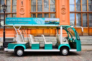 ラトビアの首都リガの旧市街世界遺産「リガ歴史地区」に止まっている観光車両の写真素材 [FYI03751824]