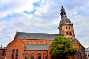 ラトビアの首都リガの旧市街「リガ歴史地区」にある世界遺産のリガ大聖堂の写真素材 [FYI03751860]