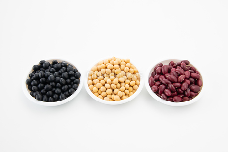 Various kinds of beans on white backgroundの写真素材 [FYI03752443]