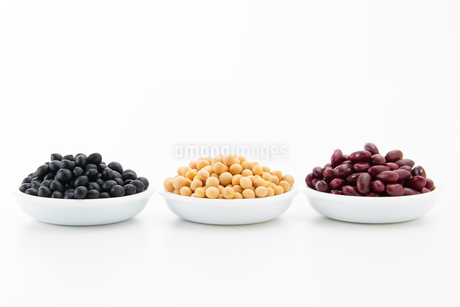 Various kinds of beans on white backgroundの写真素材 [FYI03752477]