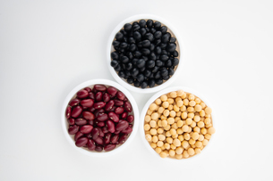 Various kinds of beans on white backgroundの写真素材 [FYI03752493]