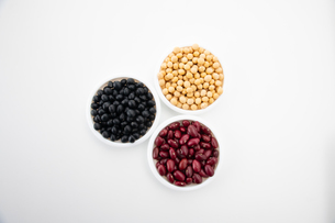 Various kinds of beans on white backgroundの写真素材 [FYI03752521]