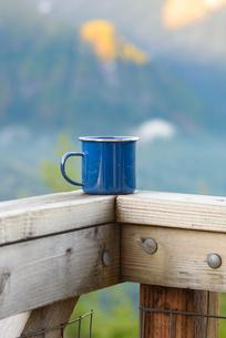 Close-up of mug on railing at heybrook lookoutの写真素材 [FYI03752534]