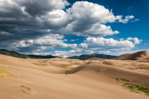 Tranquil view of desert against cloudy sky at Great Sand Dunes National Parkの写真素材 [FYI03752726]