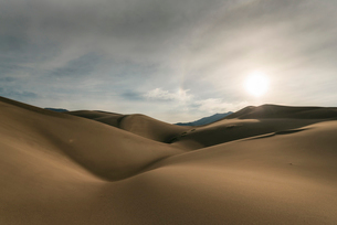 Tranquil view of desert against sky at Great Sand Dunes National Park during sunsetの写真素材 [FYI03752739]