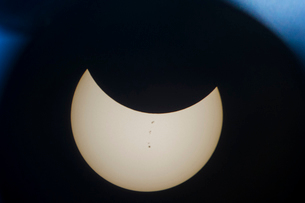 Crescent moon seen through astronomy telescope at nightの写真素材 [FYI03755675]