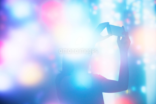 Silhouette of Woman Taking a Photo in An Abstract Spaceの写真素材 [FYI03755928]