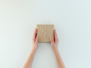 Woman's hands Holding holiday giftの写真素材 [FYI03756026]