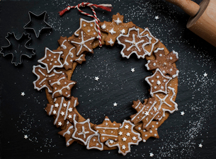 gingerbread homemade Christmas wreathの写真素材 [FYI03756078]
