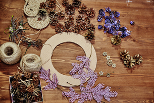 Beautiful decor making a wreath of cones to celebrate Christmas!の写真素材 [FYI03756480]