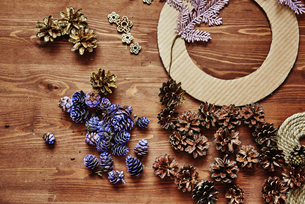 Making a wreath of pine cones to celebrate Christmasの写真素材 [FYI03756483]