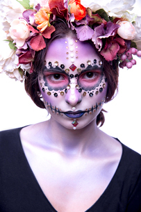 Halloween Model with Rhinestones and Wreath of Flowersの写真素材 [FYI03757370]