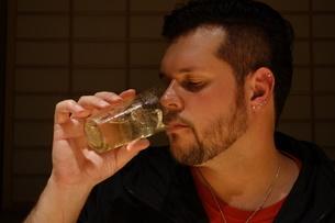 冷たいカクテルを飲む外国人男性の写真素材 [FYI03757385]