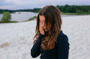 Tired girl on the beachの写真素材 [FYI03757428]
