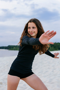 Cheerful girl on the beach in motionの写真素材 [FYI03757433]