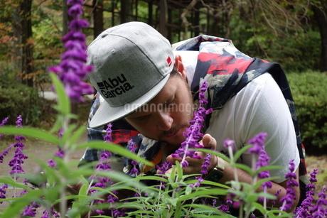 花の香りを嗅ぐ外国人男性の写真素材 [FYI03757444]