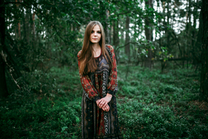 girl stands in the forest in a long dressの写真素材 [FYI03757821]