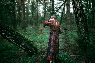 woman in the forest full length back viewの写真素材 [FYI03757826]