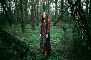woman stands in the middle of the forestの写真素材 [FYI03757827]