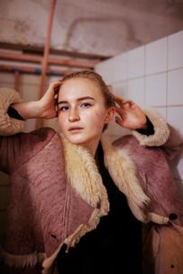 Portrait of a woman in a fur coat in the bathroomの写真素材 [FYI03757829]