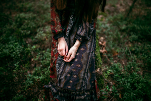 girl's hands in the forestの写真素材 [FYI03757835]
