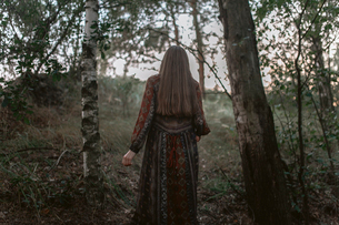 woman from the back, rises to the hillの写真素材 [FYI03757839]
