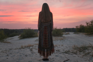 Woman at sunset in full growth in the backの写真素材 [FYI03757851]