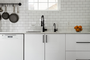 Kitchen sink and white subway tile backsplashの写真素材 [FYI03757859]