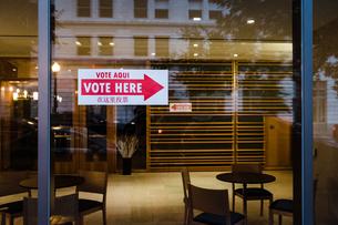Vote Here Sign English, Spanish, Mandarinの写真素材 [FYI03757866]