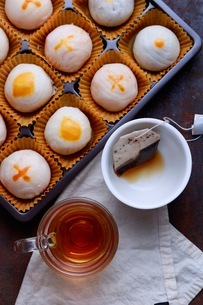 A cup of tea with Chinese pastryの写真素材 [FYI03757890]