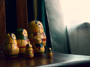 Russian Dolls on side tableの写真素材 [FYI03758014]