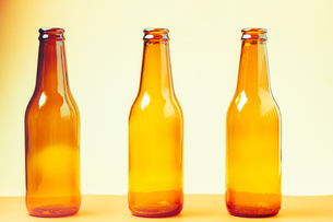session of empty and brown glass bottles for advertising photographsの写真素材 [FYI03758046]