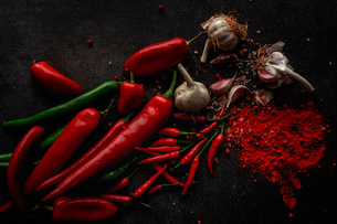 Garlic chili powder and green and red chili ingredientsの写真素材 [FYI03758302]