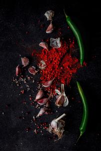 Garlic chili powder and green chili ingredientsの写真素材 [FYI03758314]