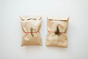 Brown rustic gift on white background.の写真素材 [FYI03758344]