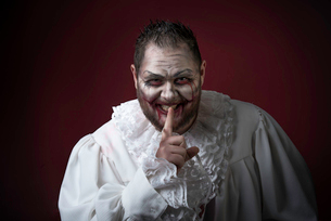 Portrait of a Scary Evil Clown.  Studio shot with horrible face artの写真素材 [FYI03758656]