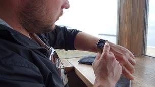 スマートウォッチを見る外国人男性の写真素材 [FYI03759002]