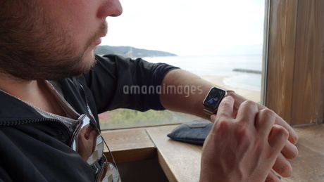スマートウォッチを見る外国人男性の写真素材 [FYI03759057]