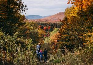 grandmother and grandchildren hiking mountains fall seasonの写真素材 [FYI03759496]