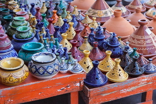 A street seller's wares, including tagines and clay pots near the Kasbah, Marrakeshの写真素材 [FYI03759522]