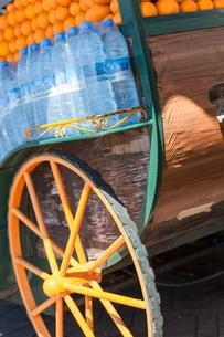 The cart of an orange juice seller in Jemaa El Fna, Marrakeshの写真素材 [FYI03759523]