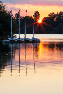 Boats by a pontoon during sunset at Bray Lake, Berkshireの写真素材 [FYI03759592]