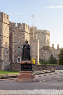 Windsor Castle and statue of Queen Victoria at sunrise, Windsor, Berkshireの写真素材 [FYI03759598]