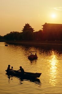Rowing boats on lake near the Forbidden City, Beijingの写真素材 [FYI03759630]