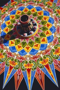 Traditionally painted oxcart wheel, Costa Ricaの写真素材 [FYI03759706]