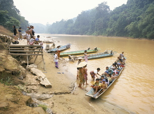 Longboat crowded with children leaving for week at school, seen off by their mothers, Katibas River,の写真素材 [FYI03759792]