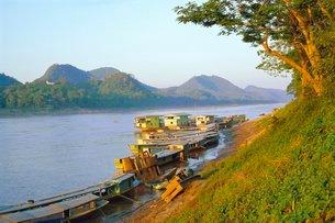Looking North Up Mekong River, Boats Moored At Luang Prabang, Northern Laosの写真素材 [FYI03759809]