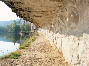 Modern carvings by D. Monnier on wall of tow path beside River Lot, near St. Cirq-Lapopie, east of Cの写真素材 [FYI03759815]