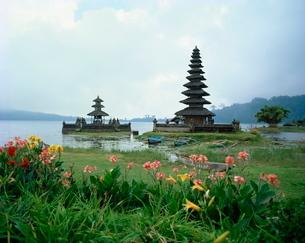 Ulu Danu Temple, Lake Bratan, Bali, Indonesia, Southeast Asiaの写真素材 [FYI03759836]