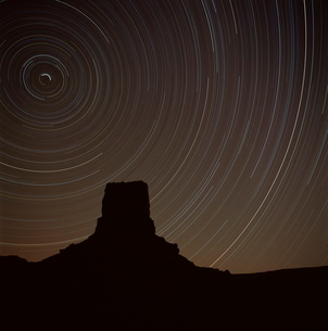 Star tracing over Monument Valley, tracing stars moving round the North Star, Monument Valley, an arの写真素材 [FYI03759909]
